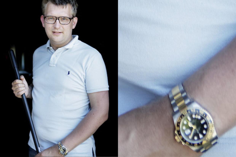 Interview med skatteminister Troels Lund Poulsen på hans gård i Tølløse. Her er uret, som han modtog fra en oliesheik.