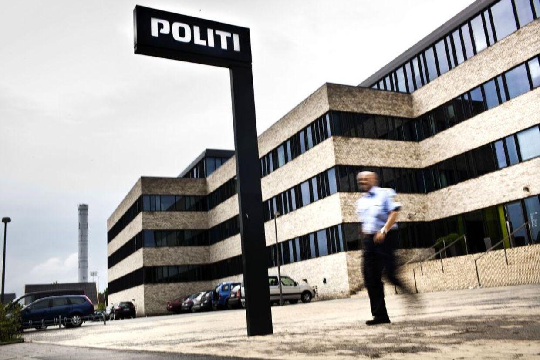 Den 45-årige betjent skød sig i gården her ved politistationen i Roskilde, efter han var blevet anholdt af kolleger fra Midt- og Vestsjællands Politi. Arkivfoto.