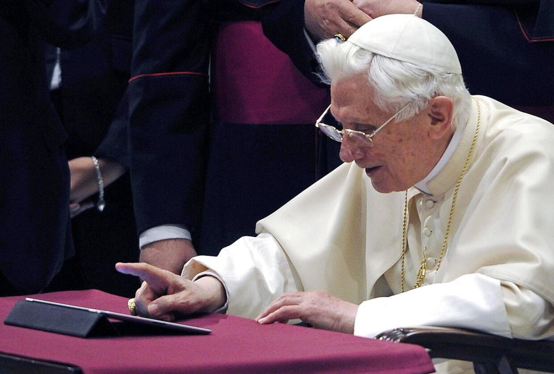 Paven skal nok lige vænne sig til den nye gadget.