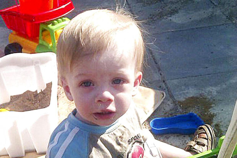 Tobias blev kun 15 måneder gannel. Obduktionen viste, at han havde mere end 80 skader på sin lille, underernærede krop. Bl.a. kraniebrud, en brækket arm, 30 bidemærker og et to uger gammel lårbensbrud.