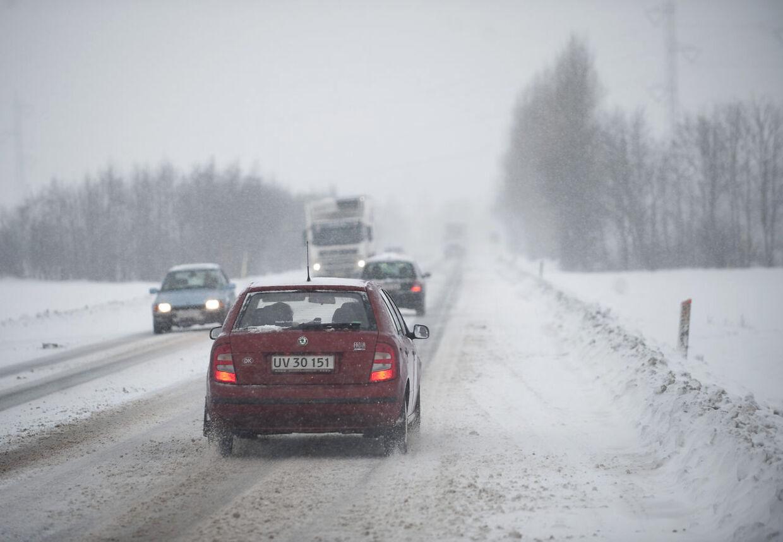 Pas på, hvis du skal ud at køre fredag eller lørdag. Der er nemlig risiko for snefygning og isslag flere steder.