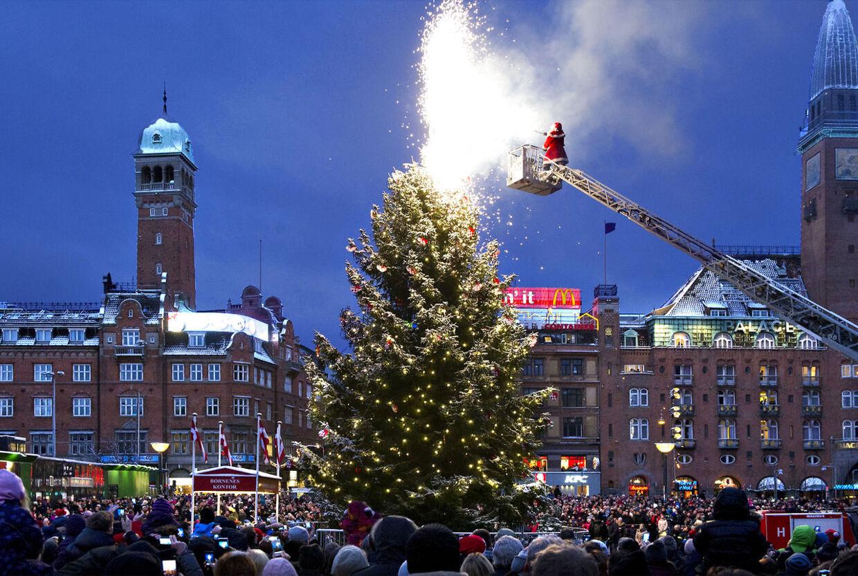 Julemændene må også fremover få hjælp fra brandmændene, når landets juletræer skal tændes -uden at brandstationerne risikerer en bøde fra SKAT. Det har skatteminister Holger K. Nielsen netop fastslået.
