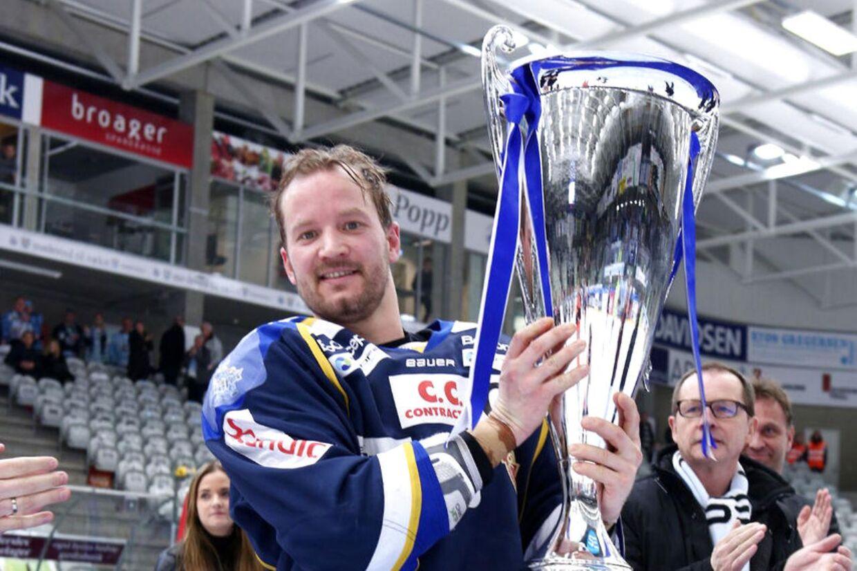 En glad kaptajn Daniel Nielsen med pokalen efter sejren over Sønderjyske i finalen i Metal Cup. Herning-kaptajnen er en sikker mand på BTs All Stars i grundserien.