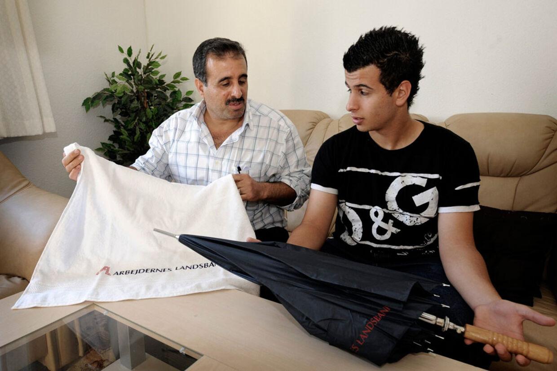 Ismael Hussein og sønnen Mohammed Ismail var ikke imponeret over Arbejdernes Landsbanks belønning.