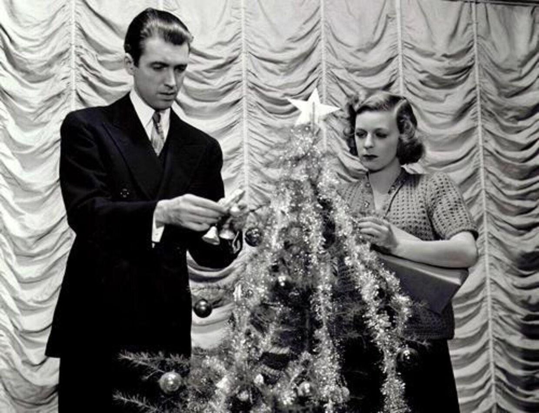 Ingen grund til sure miner, for der findes et hav af lækre gaver for små penge derude. Foto: Juleperlen 'The Shop Around The Corner' fra 1940 med James Stewart og Margaret Sullavan.