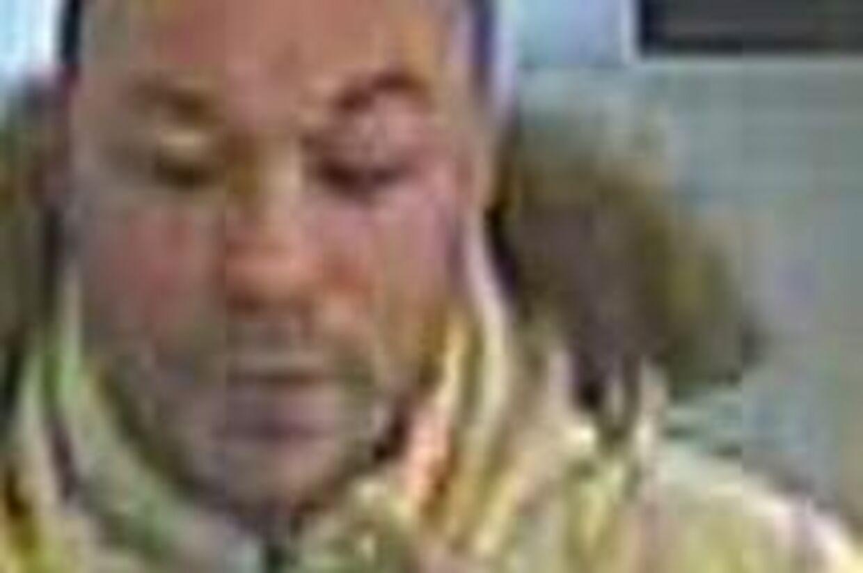 Kontakt politiet hvis du har kendskab til manden på billedet. Han forsøgte at køre bus uden billet. Da den ikke gik, spyttede han chaufføren i ansigtet.