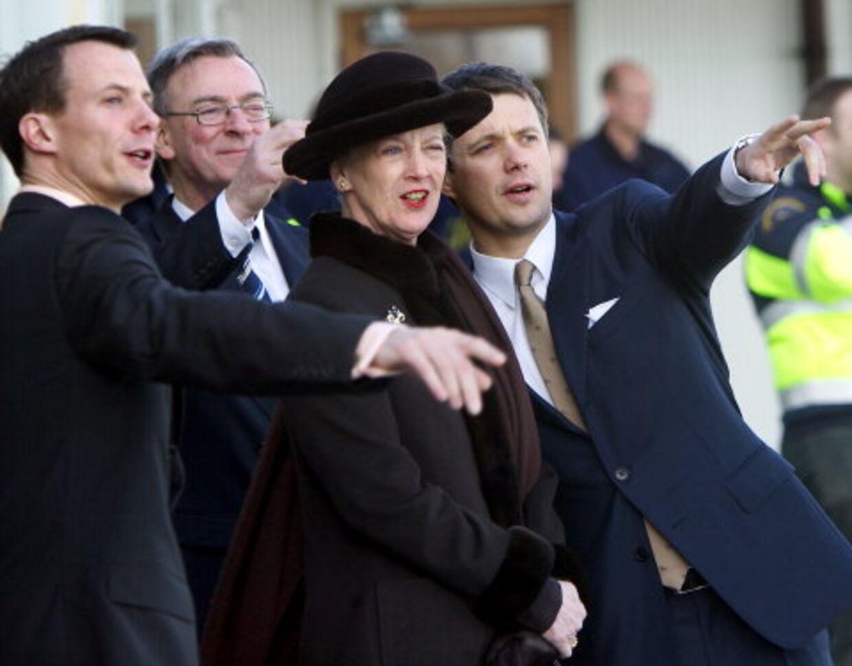 Prinserne Joachim og Frederik ventede sammen med Dronningen på, at det rumænske præsidentfly dukkede op, ledsaget af to danske F16-jetfly. Og så blev der ellers peget ivrigt. Foto: Keld Navntoft<br>