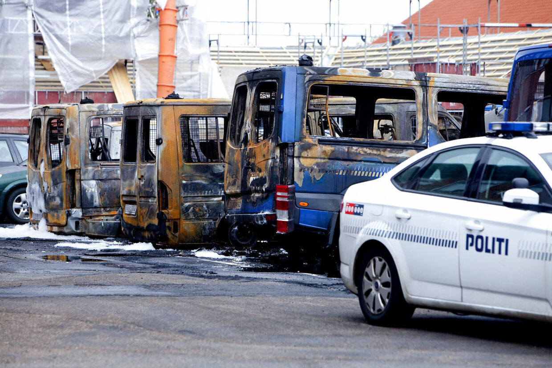 13 politibiler blev i 2010 brændt af foran politiskolen i Brøndbyøster. Fem tiltalte har netop fået deres dom i sagen.