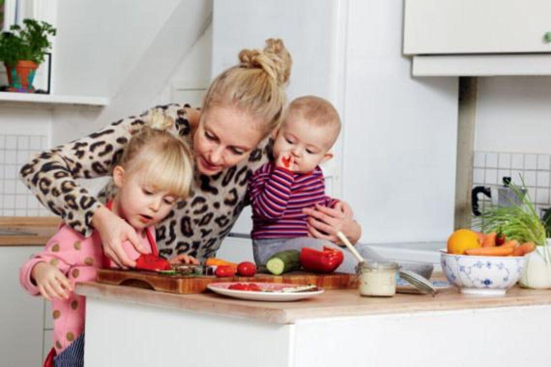 Børn kan meget tidligt være med i køkkenet, hvis bare man giver dem opgaver, der passer til deres alder. Foto: Maria Warnke Nørregaard