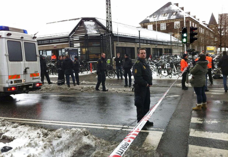 Både Dansk Folkeparti og Konservative mener, at folk bør kunne blive pålagt stor bøde eller erstatningsansvar, hvis de er skyldige i en falsk bombetrussel på grund af dumhed. På billedes ses Københavns Hovedbanegård, der blev afspærret i tre timer onsdag grundet bombetrussel.