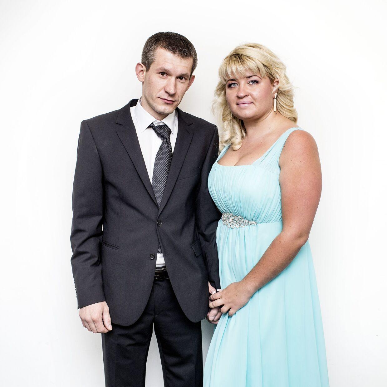 Alexander Rotai (34) og Inna Nazarko (26) er fra hhv. Tyskland og Rusland. De kom til Ærø dagen før, fordi det er nemmere at blive gift her. Der er ikke så meget papirarbejde. De tager en færge hjem lige efter vielsen og skal holde bryllupsfest i Rusland senere.