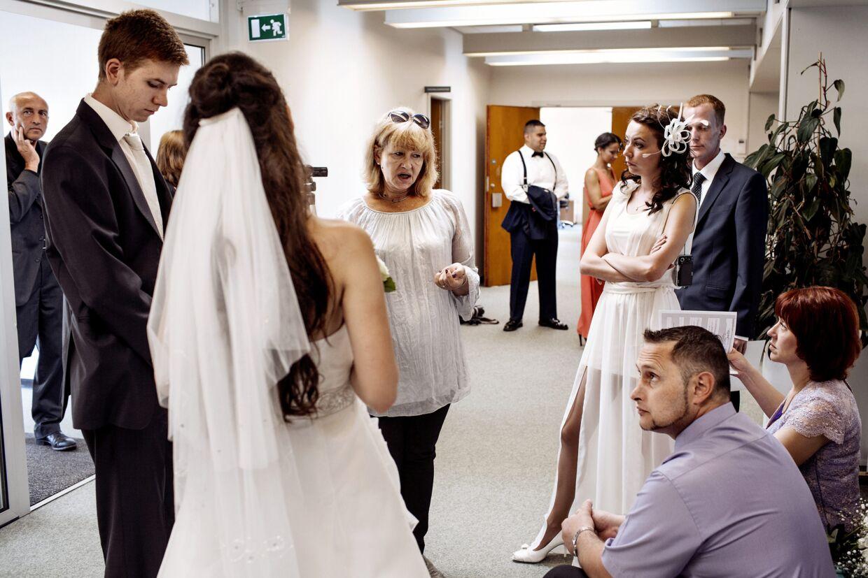 41 par skal igennem en borgerlig vielse i Ærøskøbing denne tirsdag. Derfor handler bryllupsdagen også om ventetid og papirarbejde. En bryllupsarrangør forklarer proceduren på russisk.