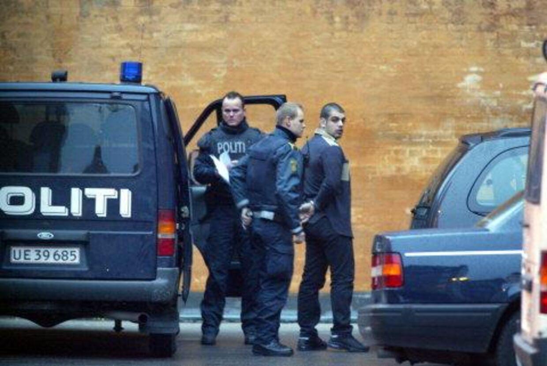 RIGTIGE BRØDRE: Tarek El-Douaidi - der her føres til retten - er sammen med sin bror Nasser tiltalt som hovedmænd i kokain-ligaen sammen med en tidligere officer og PLO-mand. Et vidne blev truet på livet i retten, da han vidnede mod brødrene.                                                    Foto: Jørgen Jessen</p><p><p</p><br>