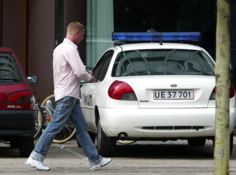 Her går Robert Hansen den tunge gang ind til politistationenhvor han i går blev sigtet for vold. Foto: Lars Møller