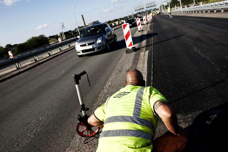 Vejarbejderne oplever ofte, at bilisterne kører ind i de rødhvide afskærmninger.