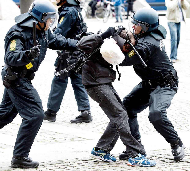 Demonstranter fra det nynazistiske parti Dansk Nationalsocialistisk Bevægelse (DNSB) og demonstranter fra venstrefløjs-gruppen Racismefri By tørner sammen på Christiansborg Slotsplads så politiet må foretage flere anholdelser lørdag d. 10 maj 2014.