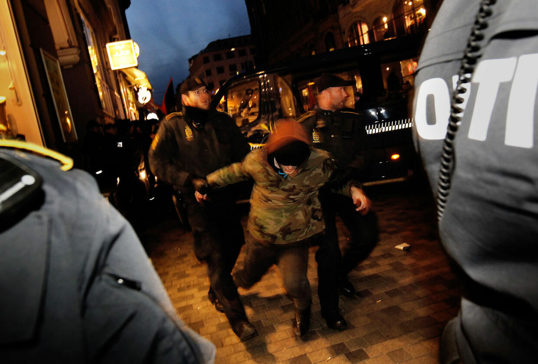 Antifascistisk Aktion har siden 90erne blandt andet optrådt ved blokader af forskellige højreorienterede arrangementer. Billedet her blev taget, da VU havde inviteret nazisten Daniel Carlsen til debatmøde.