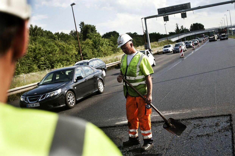 Vejarbejderne har ofte ikke mere end en meter ud til bilerne, som suser forbi.