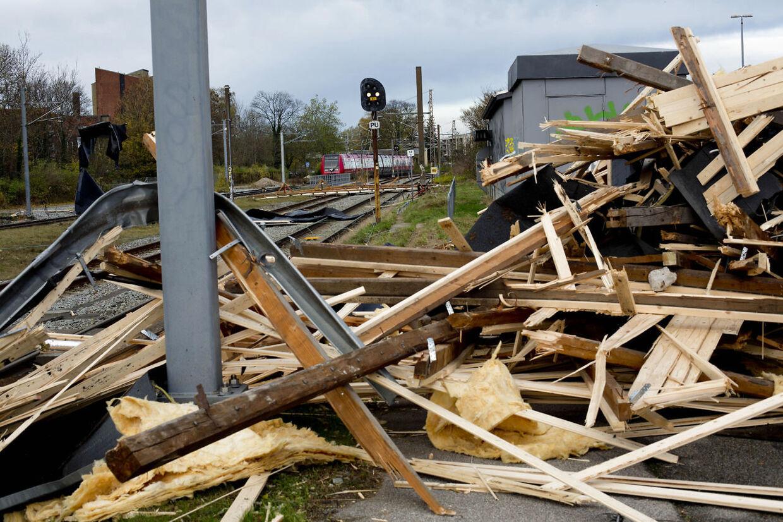 Flere tog strandede tæt på Lyngby Station, da stormen blæste et tag ned over Lyngby Station og rev flere køreledninger over.