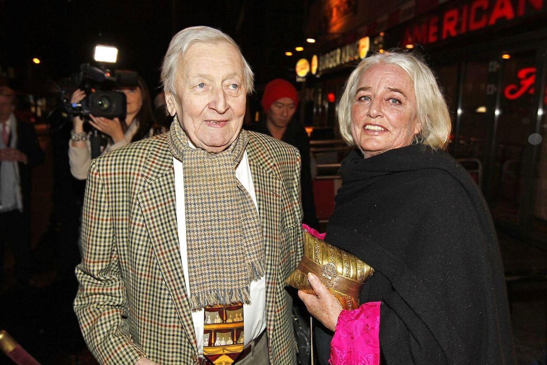 Rolv Wesenlund faldt åbenbart omkuld på soveværelsesgulvet, og lå hjælpeløs der i tre timer, før hans kone Ruth, 69, fandt ham. Her ses de sammen ved en tidligere lejlighed.