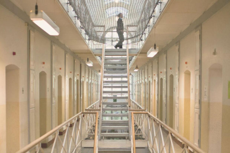 Danske fængsler er proppede med fanger med udenlandsk baggrund. DF kræver grænsekontrollen genindført og SF vil give flere penge til at resocialisere tidligere indsatte.