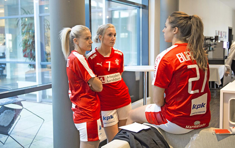 Ann Grete Nørgaard, Maria Fisker og Louise Burgaard havde selvfølgelig set frem til at spille VM med kronprins Frederik som støtte på lægterne. Men han skuffer med sin beslutning om at droppe kampene. Foto: Sisse Stroyer