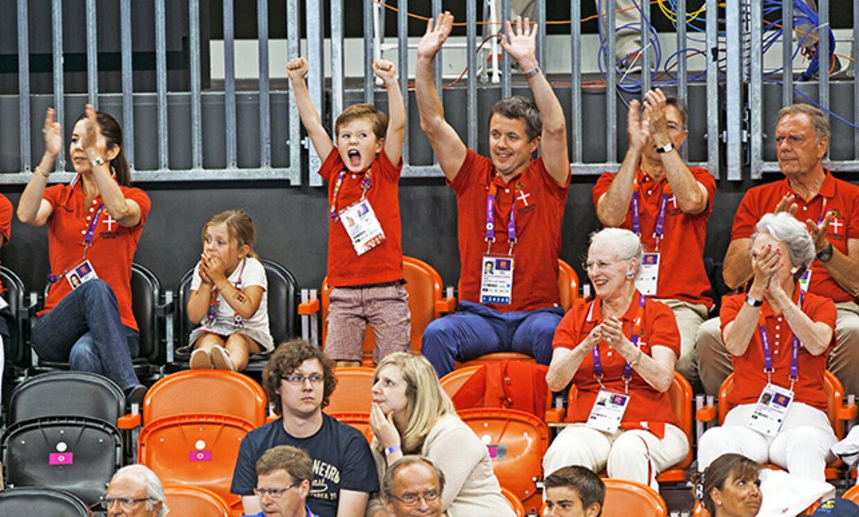 Frederik og resten af familien er glade for håndbold. Her ser de en af de mange spændende kampe under OL i 2012. Foto: Sisse Stroyer