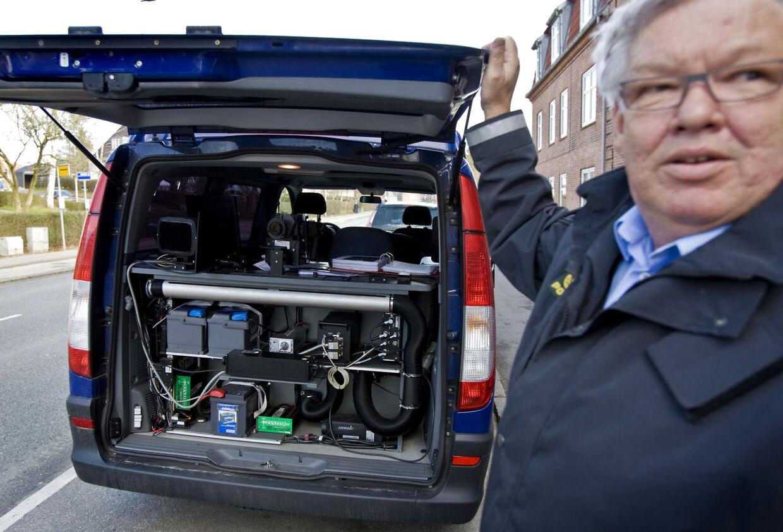 På billedet ses en af politiets fotovogne - en civil kassevogn med radarudstyr og kamera, der kan fotografere ud gennem bagruden. Dem får politiet i alt ca. 100 af fra udgangen af 2013.