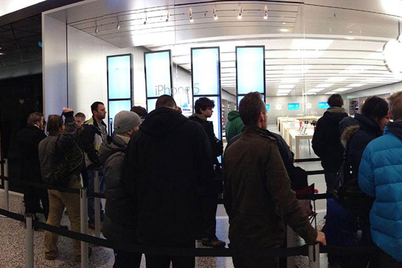 Folk stod i kø da den nye Apple Store-butik åbnede i indkøbscentret Emporia i Malmø fredag.