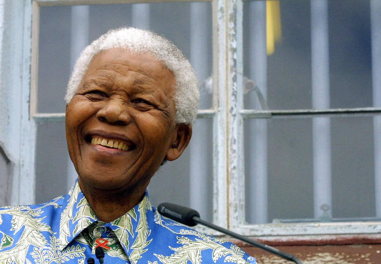 Den sydafrikanske regering meddeler, at Mandela har fået bortopereret galdesten, og at han er i bedring.