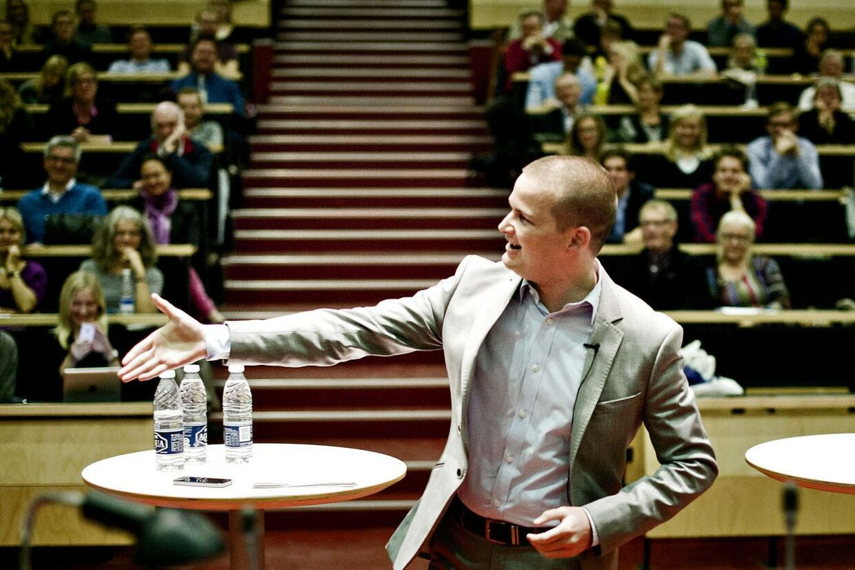 Tidligere skatteminister Thor Möger Pedersen trækker sig som folketingskandidat for SF og bliver i stedet vært på et nyt debatprogram på DR2, oplyser DR.