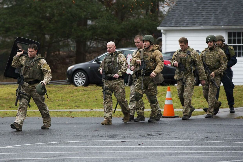 Søndag evakuerede politiet med hjælp fra en SWAT-enhed den katolske kirke St. Rose of Lima i Newtown efter en bombetrussel. På internettet jagter myndighederne personer, der udgiver sig for drabsmanden Adam Lanza.