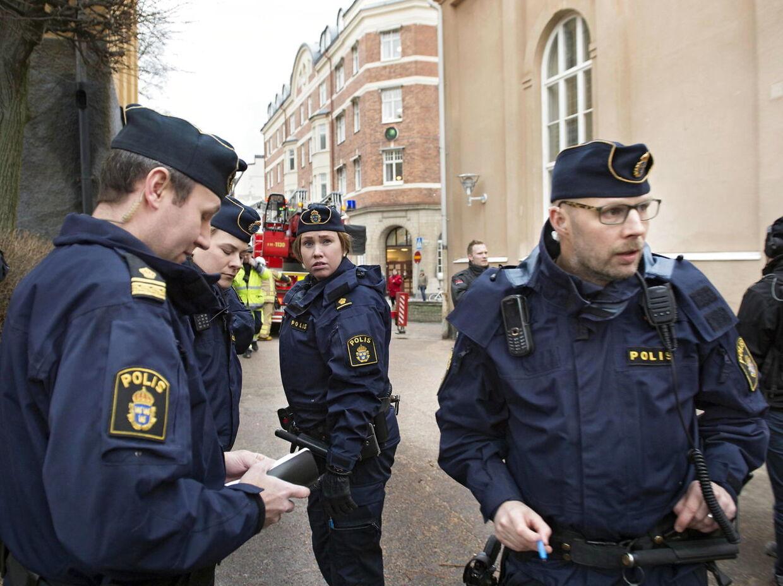 Politi, brandvæsen og ambulancer var til stede, kort efter et stort brag lød ved Tingvalla gymnasium i den svenske by Karlstad. Ingen personer er kommet skade. Billet er taget kort efter myndighederne har rømmet skolen og det umiddelbare omkringligge område.