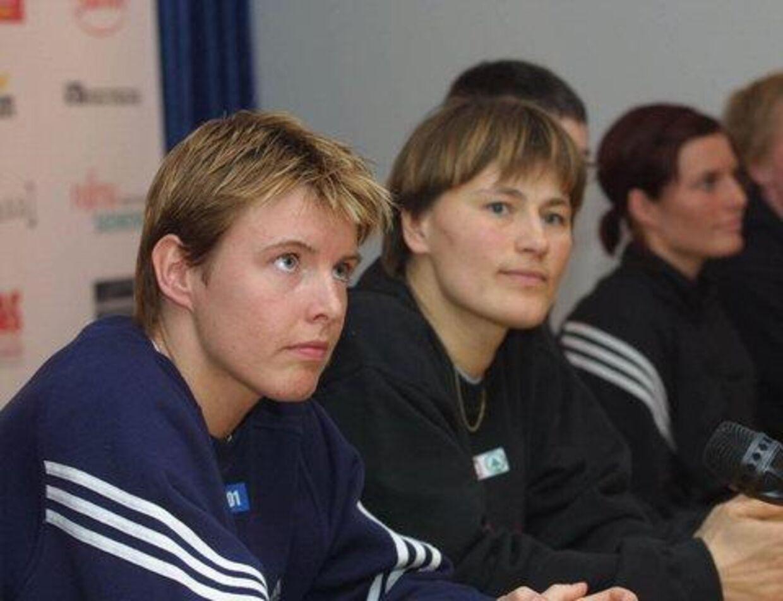 Flankeret af Camilla Andersen, tv. og Mia Hundvin (i baggrunden) præsenterede Anja Andersen de nye Slagelse-spillere. Foto: Erik Luntang