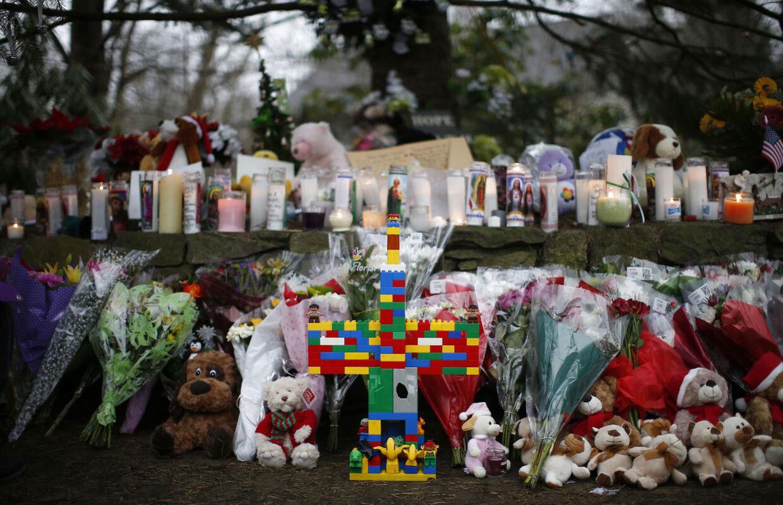 Tragedien på Sandy Hook Elementary School i Newtown, hvor der er sat et Legokorts op sammenmed de sørgendes blomster og lys, kunne havde fået følge en endnu et skoleskyderi.