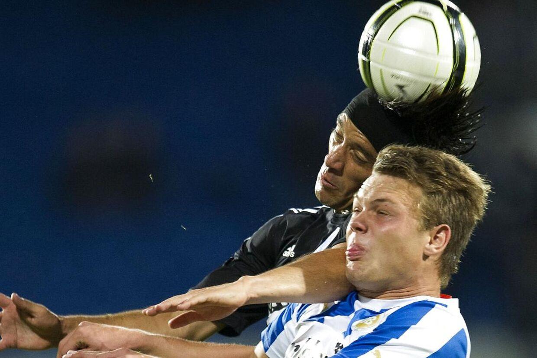 (ARKIV) FCK's Cesar Santin i hovedstødsduel mod Emil Larsen, OB.
