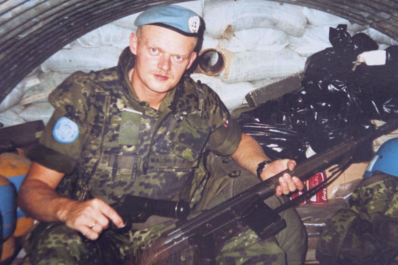 Michael Christensen i en bunker i Kroatien. Han kæmper stadig mod de psykiske eftervirkninger fra krigen og tabet af hans kammerat Claus Gamborg.