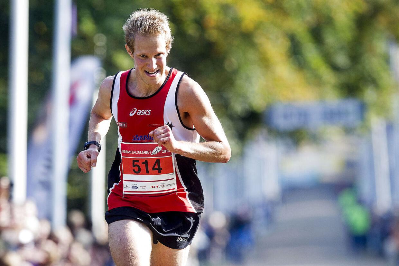 En stolt svensker. Johan Larsson løber i mål som suveræn vinder af Eremitageløbet med et forspring på ét minut og 25 sekunder til sidste års vinder, Abdi Hakin Ulad.