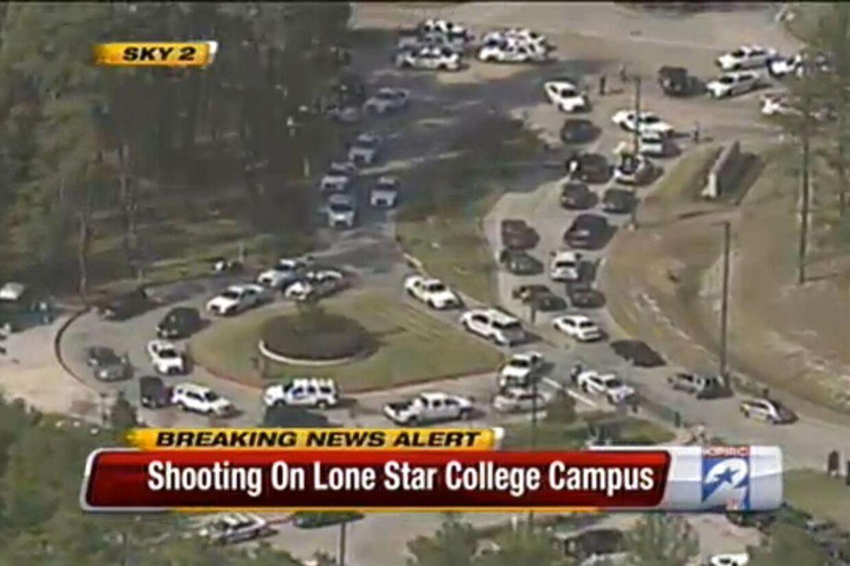 Politi og ambulancer ilede til skolen, da de første rapporter om skyderi løb ind.