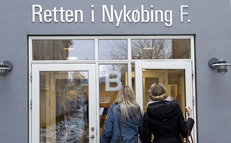 Elever på vej ind i Retten i Nykøbing F. Arkivfoto.