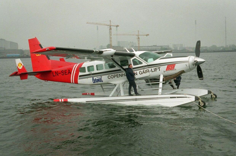 En ny vandflyverrute mellem Aarhus og København er snart en realitet. Dette billede er fra 1998, hvor en nordmand fløj 6.000 pakker gær til Danmark under den store strejke. Den nye vandflyver skal dog ikke flyve med gær, men med advokater, revisorer, journalister, politikere mm.