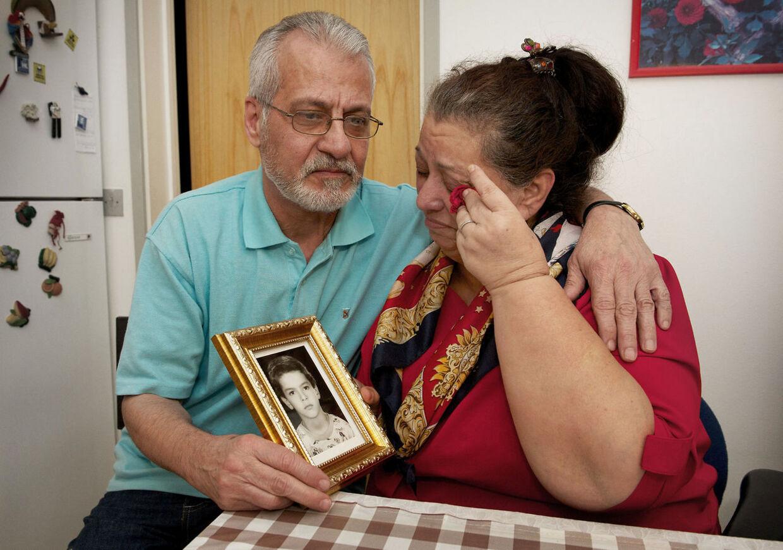 Amin Skovs forældre, der her sidder med et foto af deres søn, er overbevist om, at han er uskyldig.