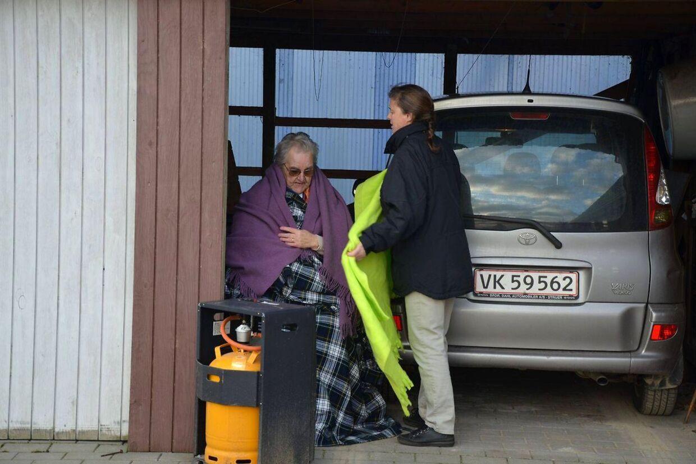 Tirsdag eftermiddag blev 77-årige Ilse Makholm (tv) udskrevet fra døgnafsnittet ved et plejecenter i Struer. Da hun kom hjem ville hendes samlever ikke lukke hende ind i protest over kommunen.