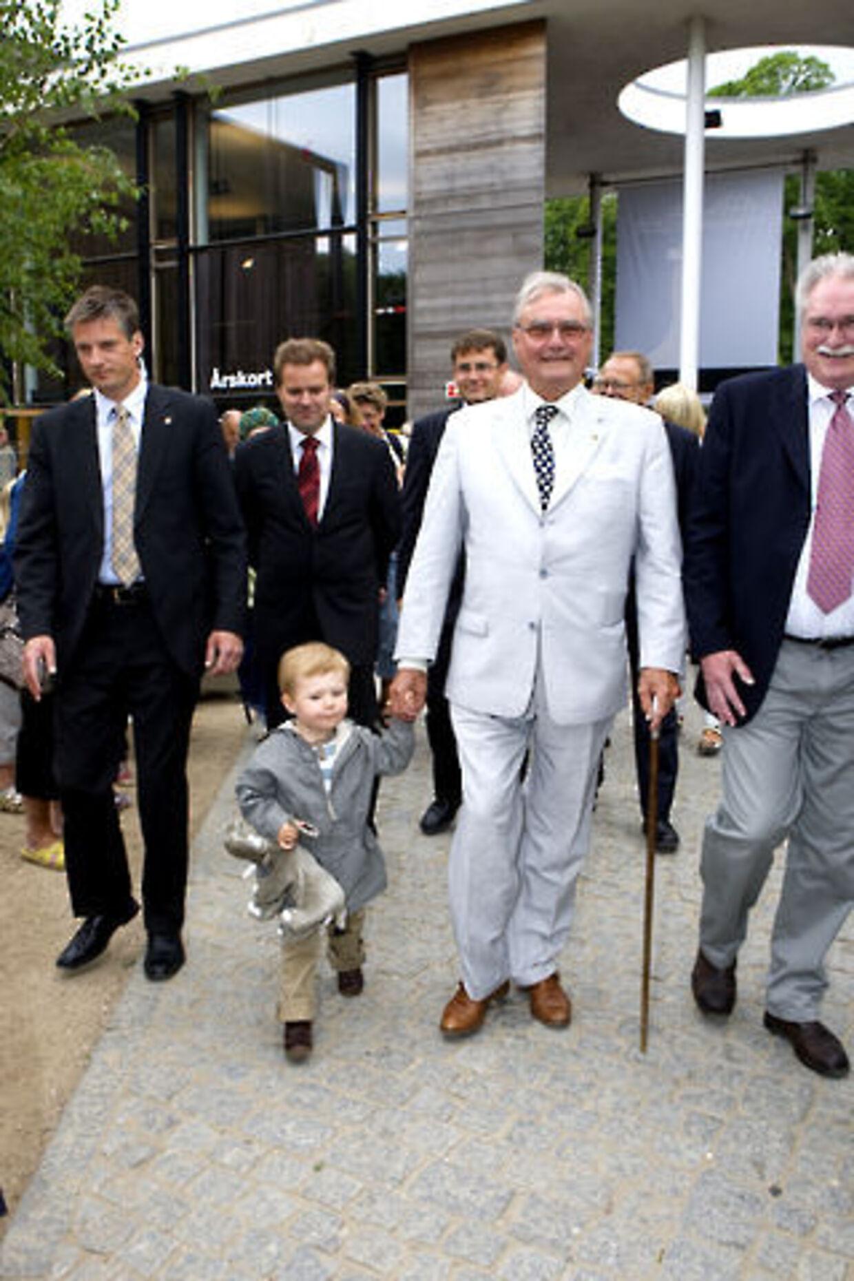 Tirsdag var lille prins Christian med farfar i Zoologisk Have for at se på elefanter.