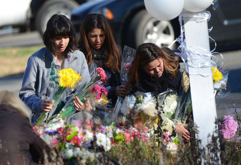 Endnu mens pårørende sørger i byen Newtown gik en mand amok med et skydevåben på et hospital i Birmingham, USA.