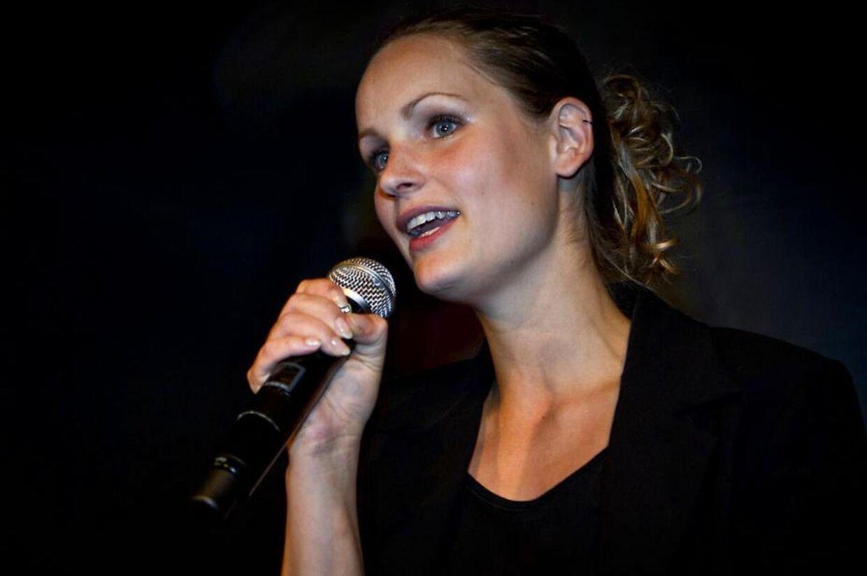 Pernille Skipper, som her har grebet mikrofonen under Enhedslistens valgfest i Pumpehuset, var en kort overgang medlem af Venstres Ungdom.