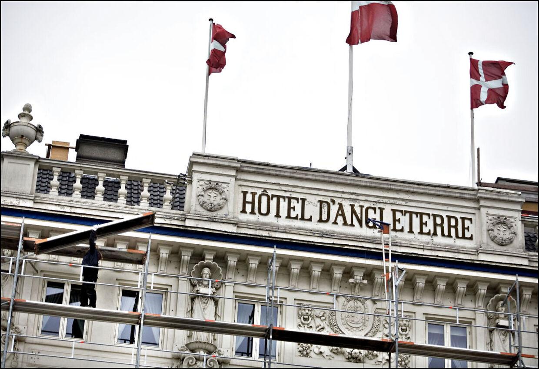 En 32-årig mand styrtede tirsdag eftermiddag i døden fra Hotel d'Angleterres tag.