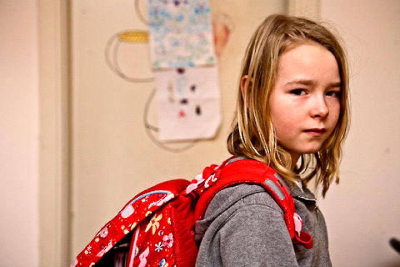 Amanda er nødt til at blive hjemme fra skole, fordi hun ikke vil have tørklæde på når klassen skal besøge moskeen på Dorteavej.
