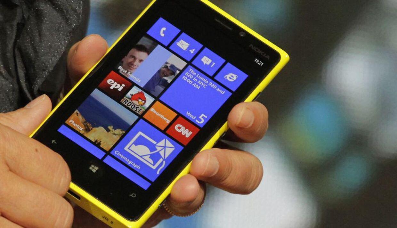Sådan ser den ud, Nokias topmodel, Lumia 920, som kom i begyndelsen af denne måned. Interessen for den synes - endelig - at være stor. Arkivfoto: Reuters/Scanpix