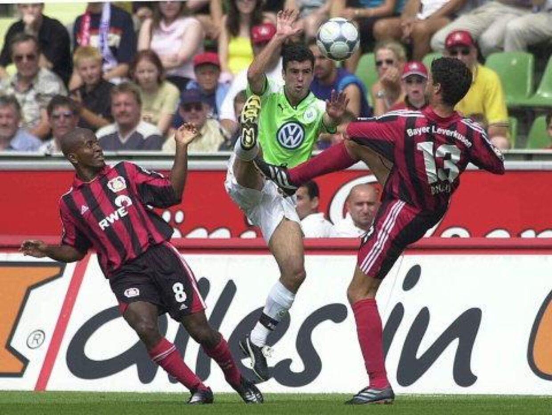 Michael Madsen, her i nærkamp med den daværende Leverkusen-spiller Ze Roberto, th, har ikke haft den store succes i Tyskland. Foto: EPA